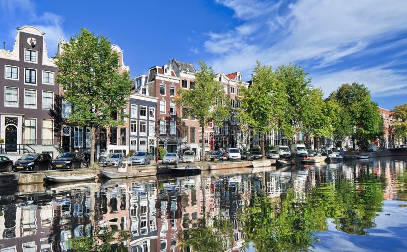 Erneuerte Villen reflektierten sich in einem Kanal, Amsterdam, die Niederlande stockfotos