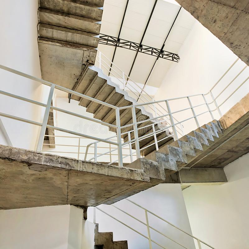 Erneuerter ehemaliger industrieller Raum mit konkreter Treppe stockbild
