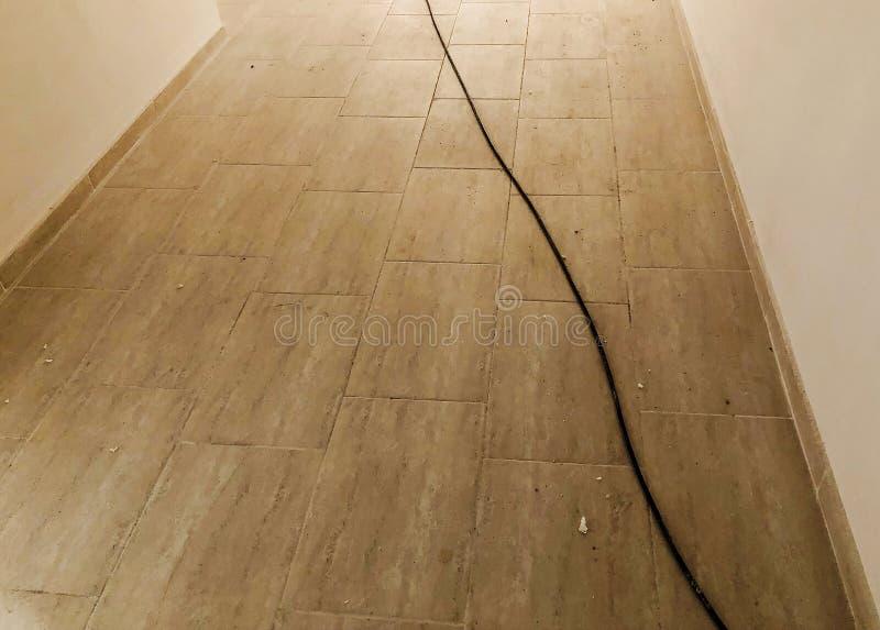 Erneuertes Portal in einem Neubau Betonmauern Eben gelegte Fliesen auf dem Boden stockfotografie