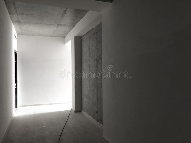 Erneuertes Portal in einem Neubau Betonmauern Eben gelegte Fliesen auf dem Boden lizenzfreies stockfoto
