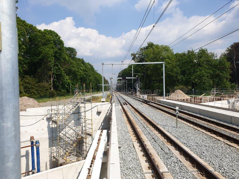 Erneuerung des Bahnhofs Driebergen Zeist in den Niederlanden mit Untertagestraße und der Expansion zu 4 Bahnen lizenzfreies stockfoto
