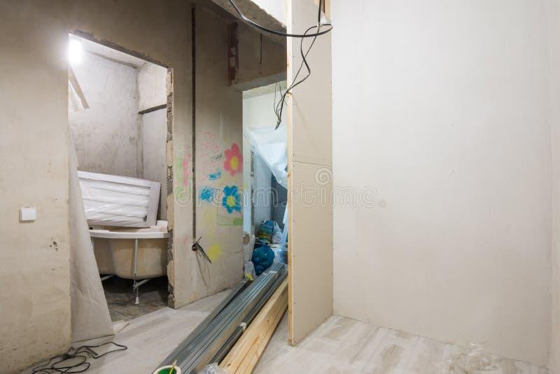Erneuerung in einem Neubau, Ansicht vom Eingang zur Wohnung stockfotografie