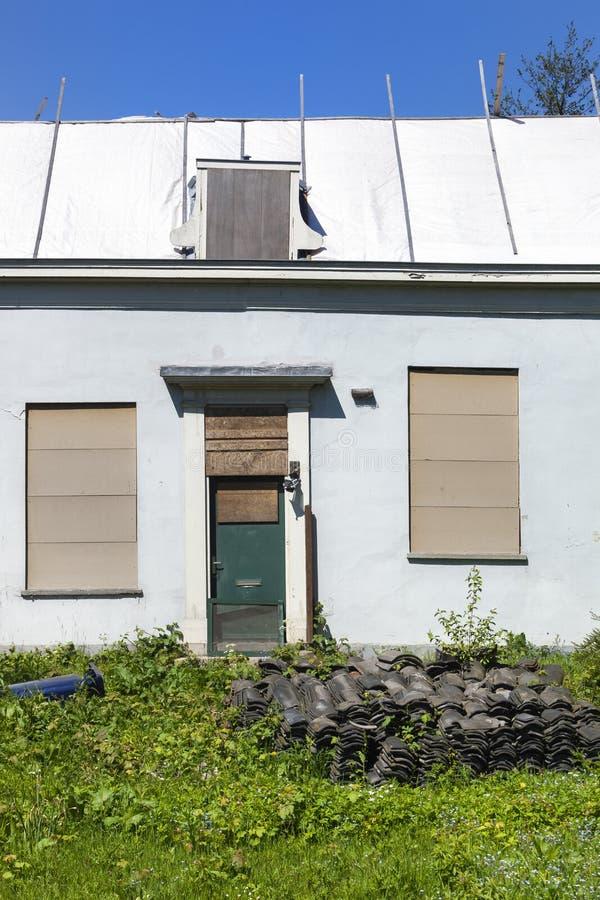 Erneuerung eines alten Hauses stockbilder