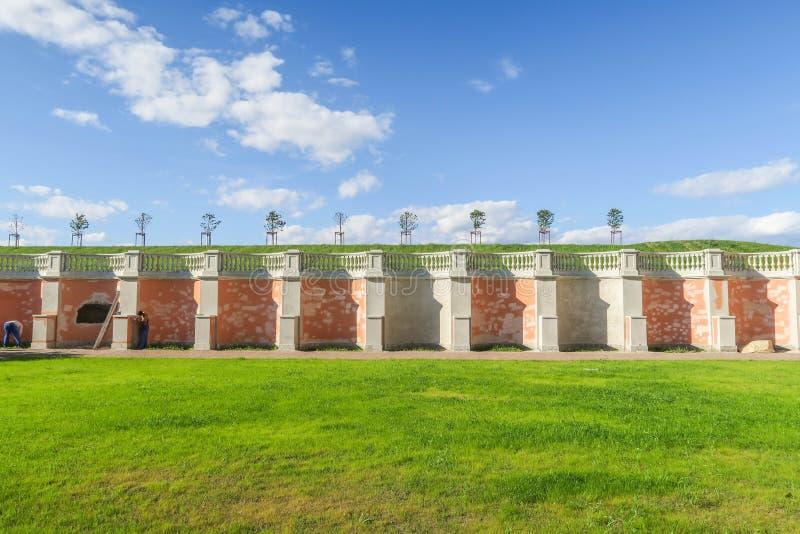 Erneuerungsarbeit über Wand in Peterhof stockbild