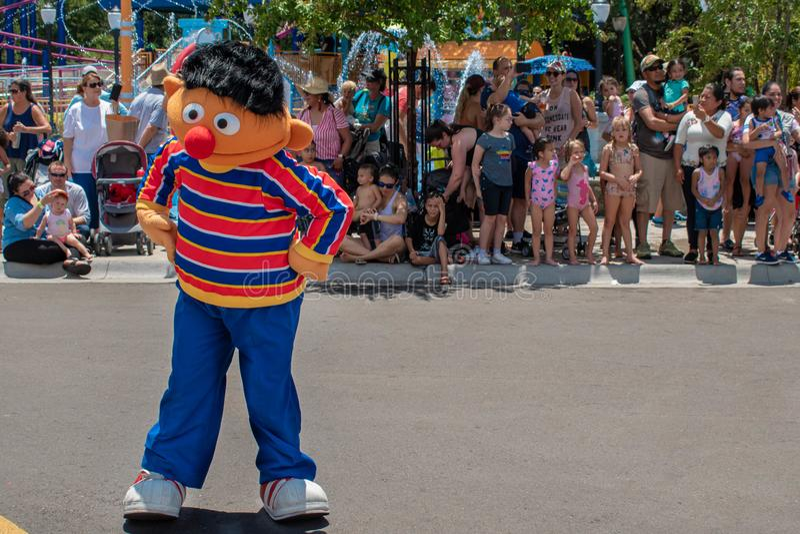 Ernie-Tanzen in der Sesame Street-Partei-Parade bei Seaworld 4 lizenzfreie stockfotos