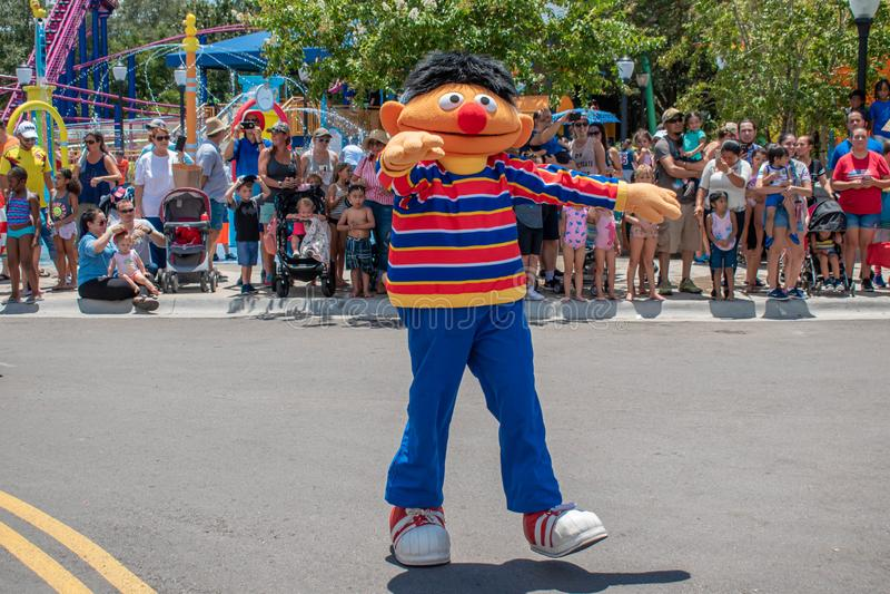 Ernie-Tanzen in der Sesame Street-Partei-Parade bei Seaworld 3 lizenzfreie stockfotografie