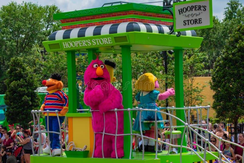 Ernie und Telly Monster auf Sesame Street-Parade bei Seaworld im internationalen Antriebsbereich stockfoto
