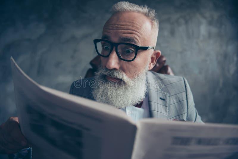 Ernst, hübsch, herein erstaunt, ältere Personen, intelligenter alter Geschäftsmann stockbild