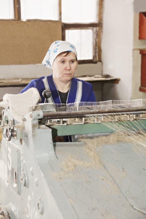 Ernste ältere Arbeitskraft an der Maschine stockfotos