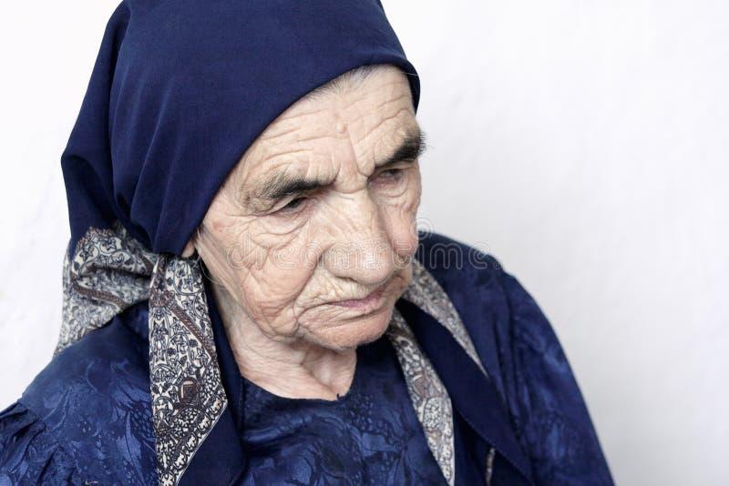 Ernste ältere Frau stockfoto