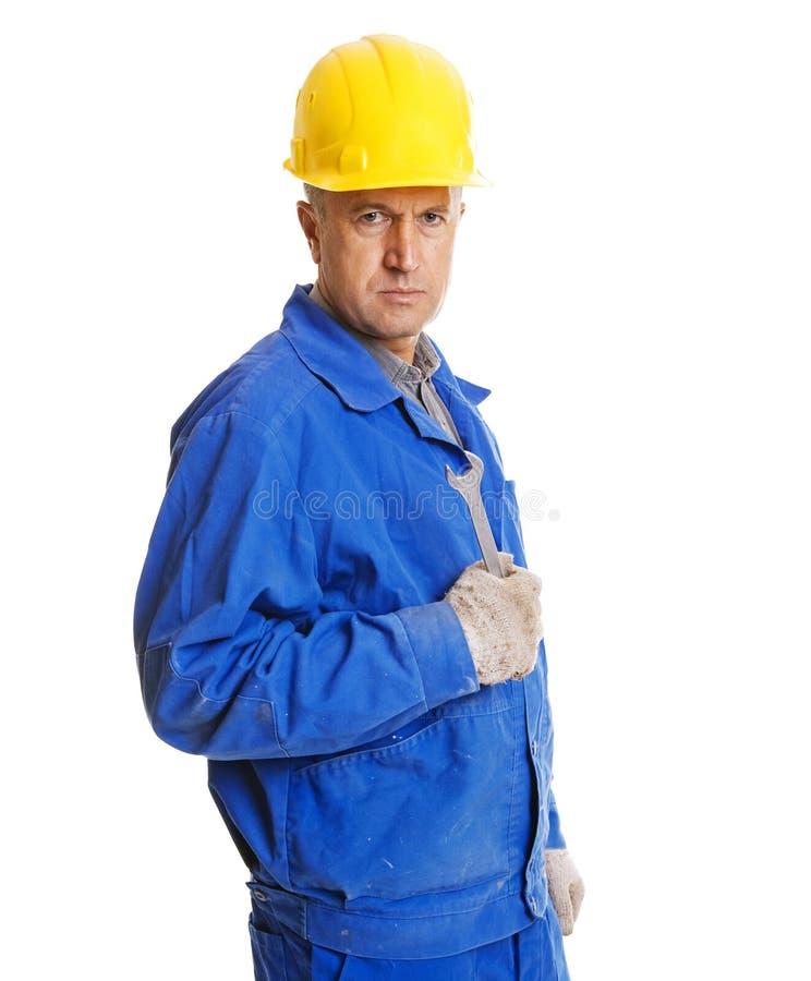 Ernste Arbeitskraft mit Schraubentaste stockfotos
