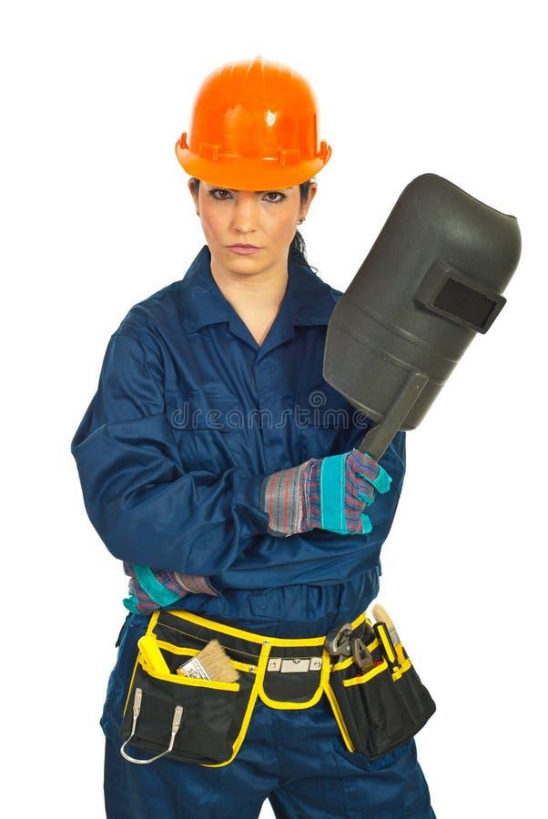 Ernste Arbeitskraftfrau mit Schweißensschablone lizenzfreie stockfotografie