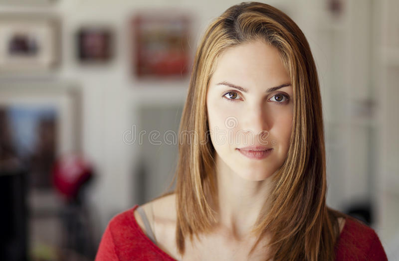 Ernste erwachsene Frau stockfotos
