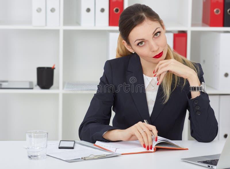 Ernste Geschäftsfrau, die Anmerkungen am Büroarbeitsplatz macht Angebot der kommerziellen Aufgabe, Finanzerfolg, zugelassene Öffe stockfotos