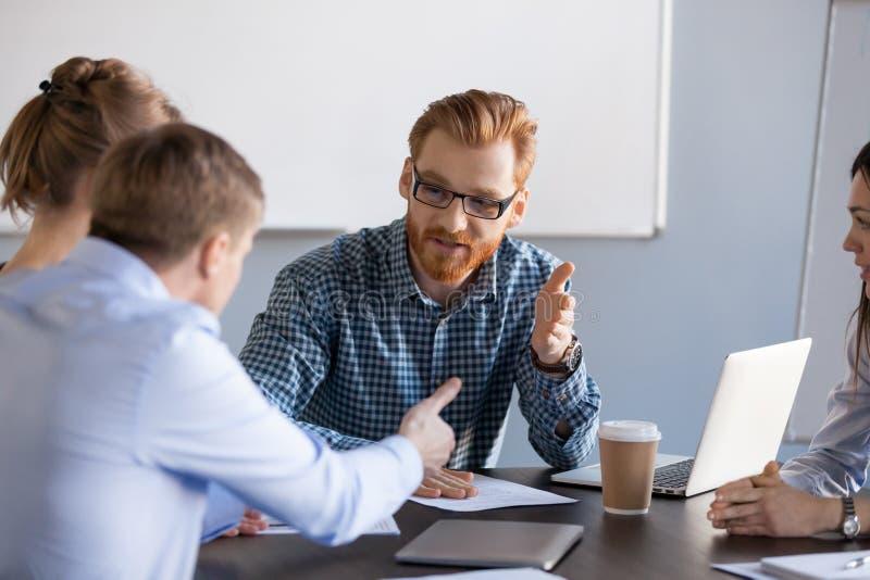 Ernste Geschäftsleute, die Diskussion, Debatte oder Widerspruch haben stockfotografie