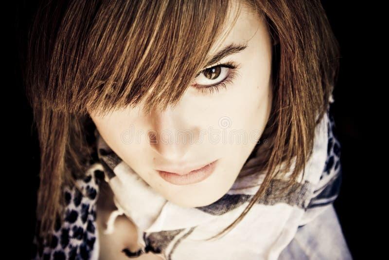 Ernste junge Frau stockfotografie