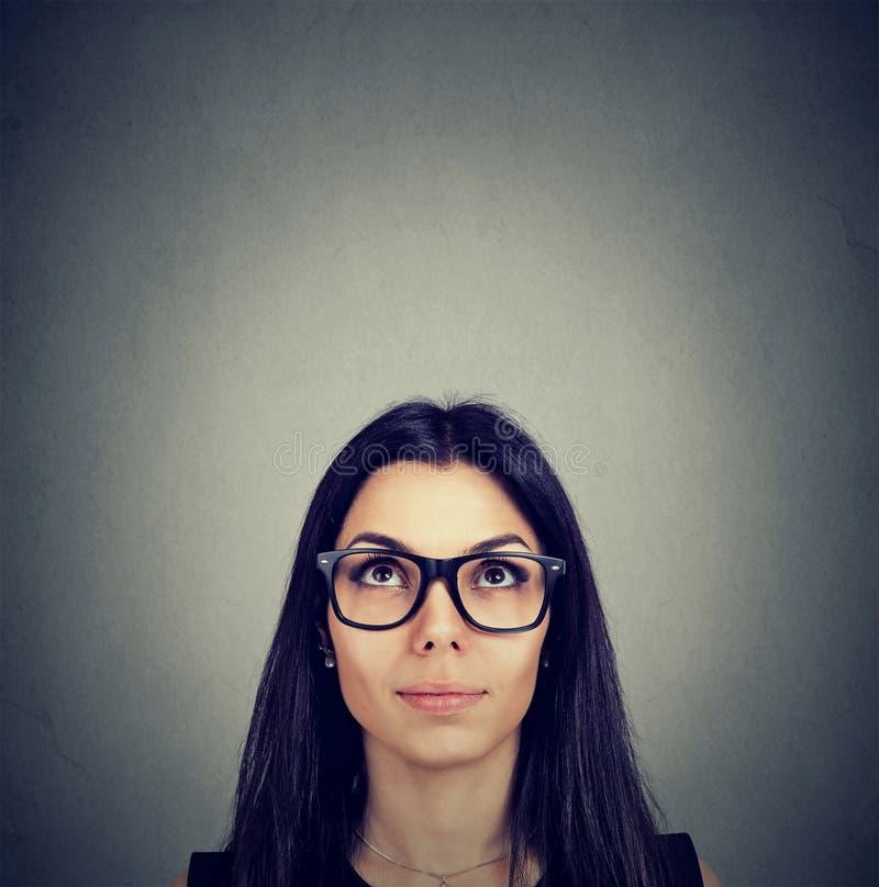Ernste junge Frau, die oben schaut lizenzfreie stockbilder