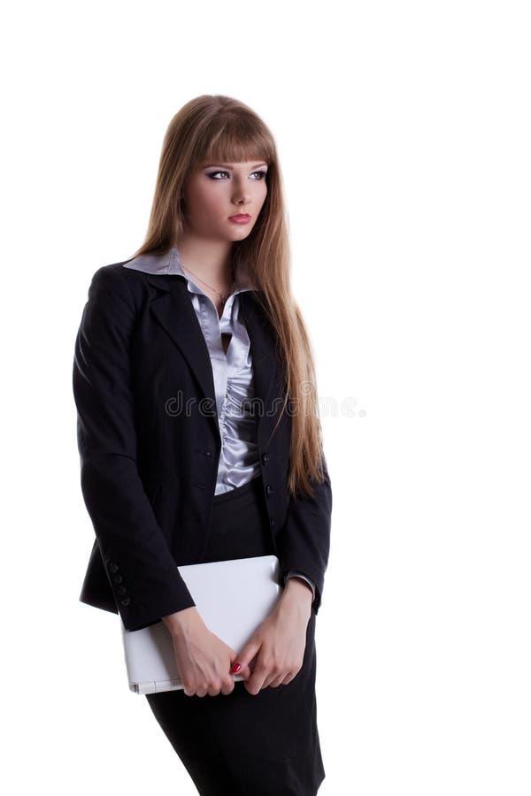 Ernste junge Geschäftsfrau mit Laptop lizenzfreie stockbilder