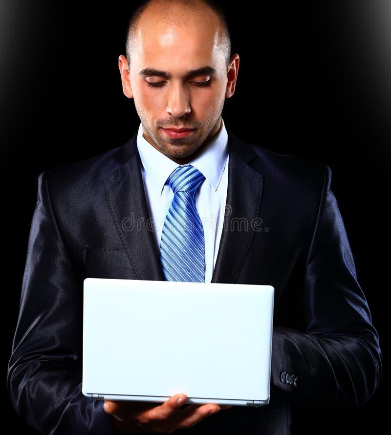 Ernste junge männliche Exekutive, die digitale Tablette verwendet stockbilder