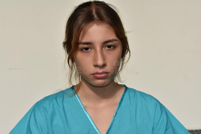 Ernste junge weibliche Krankenschwester lizenzfreie stockbilder