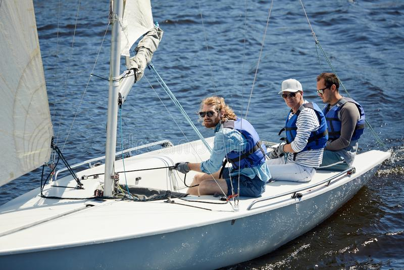 Ernste Männer, die am Wochenende segeln stockbild