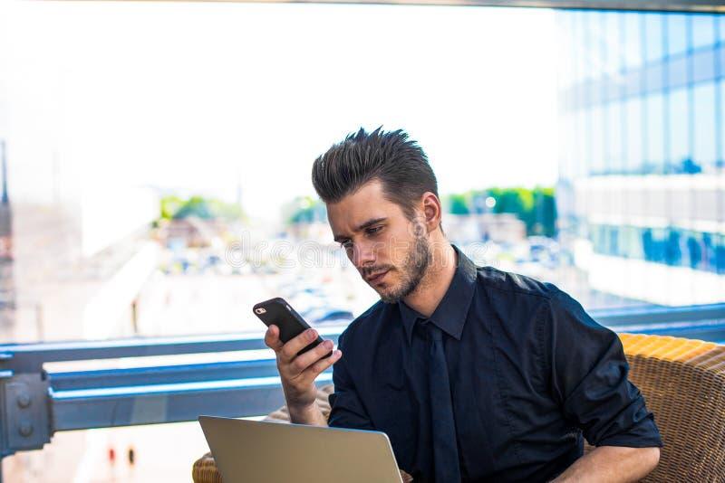Ernste männliche intelligente Rechtsanwaltlesetextnachricht auf intelligentem - Telefon lizenzfreie stockfotos