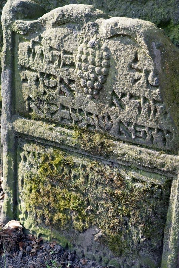 Ernste Markierung im alten jüdischen Kirchhof in Prag, Tschechische Republik stockfoto