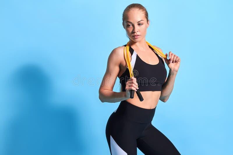 Ernste nachdenkliche Sportlerin, die einen Bruch während des Trainings hat lizenzfreies stockfoto