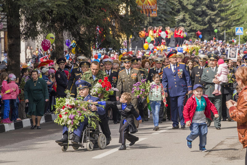 Ernste Prozession von Teilnehmern von Operationen auf Parade im hon stockfotografie