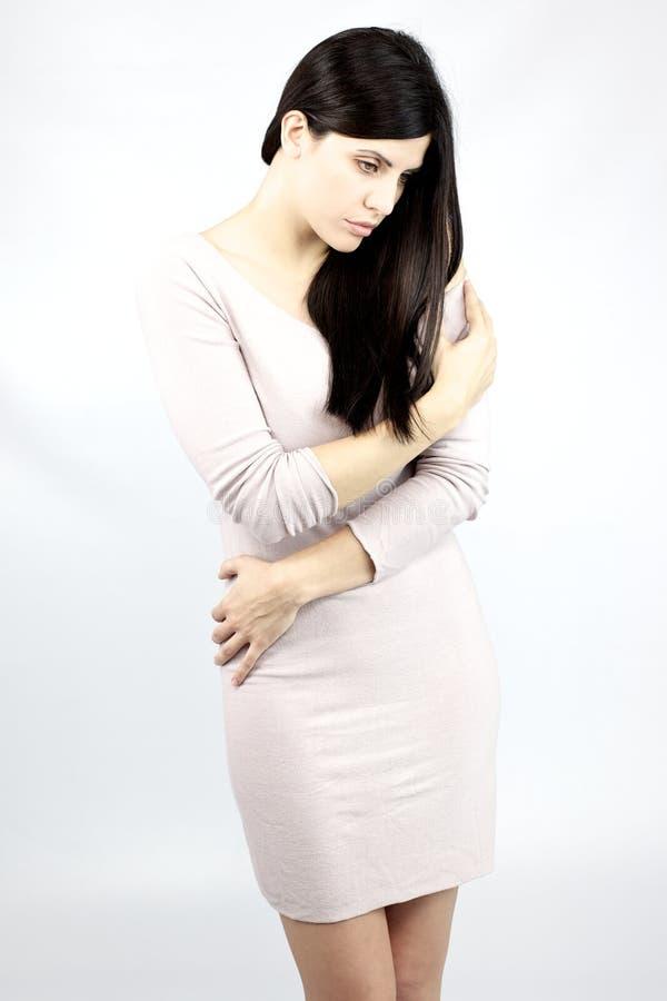 Ernste traurige schöne Frauenaufstellung stockbild