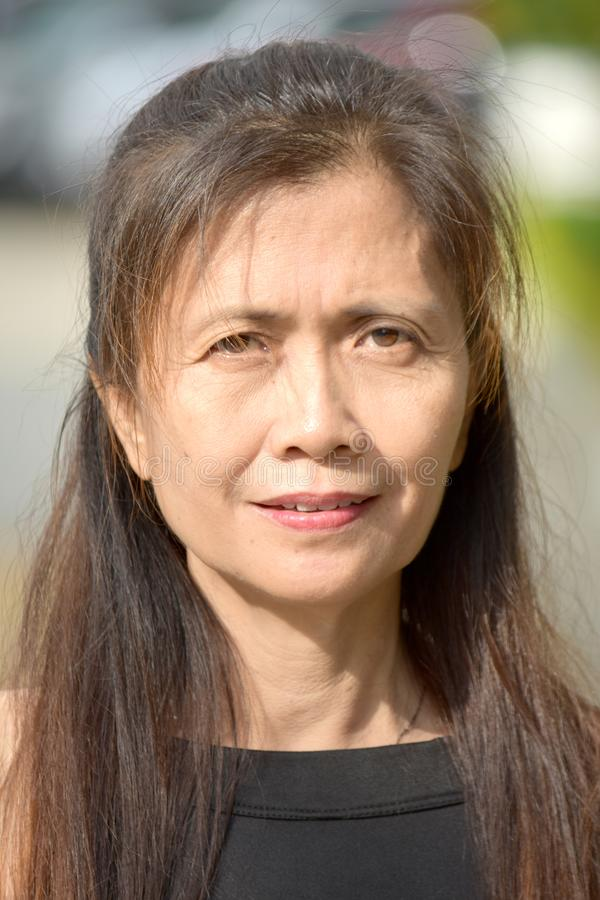 Ernste weibliche ältere Frau stockfotos