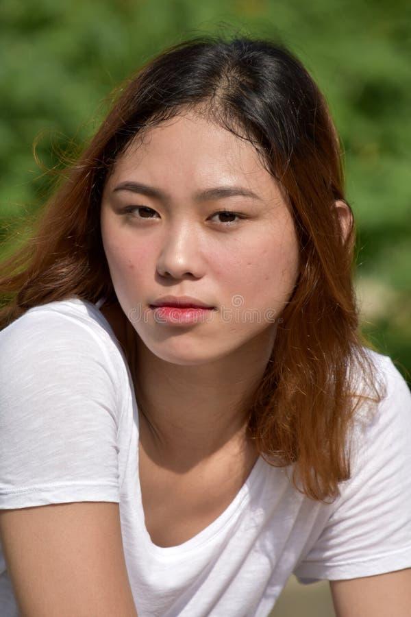 Ernste weibliche Frau stockbild
