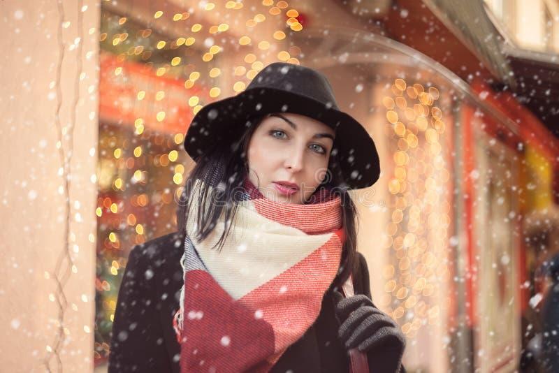 Ernste Weihnachtsfrau lizenzfreie stockbilder