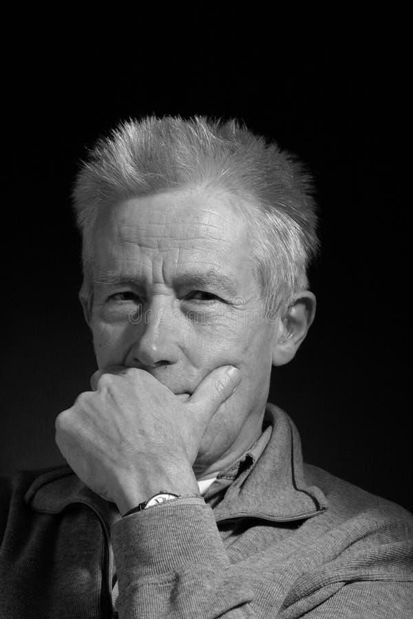 Ernster älterer Mann lizenzfreies stockfoto