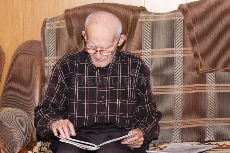 Ernster älterer Mann, der zu Hause arbeitet lizenzfreies stockfoto