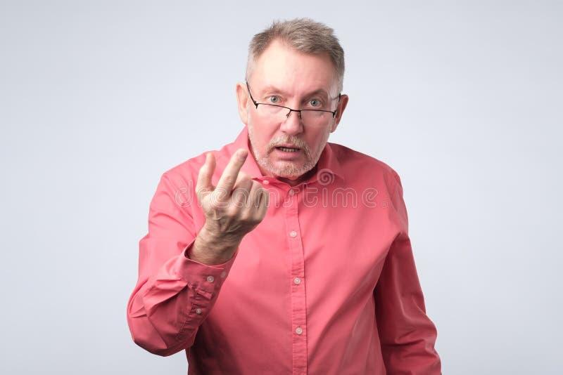 Ernster älterer Mann in duscussing Frage des roten Hemdes mit Ihnen stockfotos