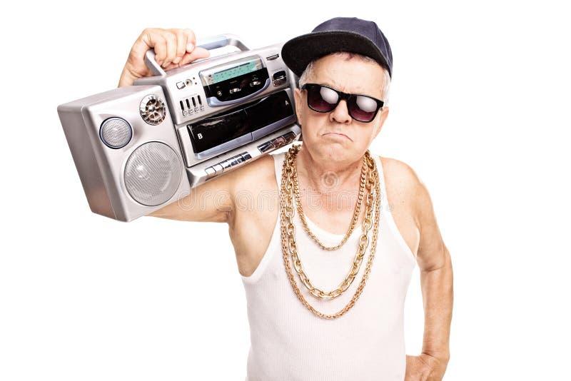 Ernster älterer Rapper, der einen Gettobläser hält lizenzfreies stockfoto