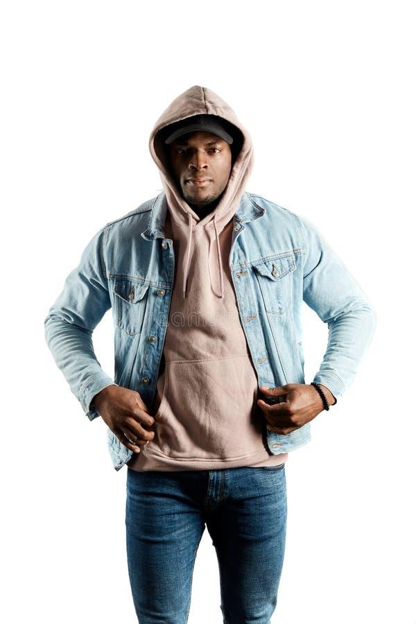 Ernster Afromann im Kapuzenpulli und Jacke, welche die Kamera betrachtet lizenzfreie stockfotos