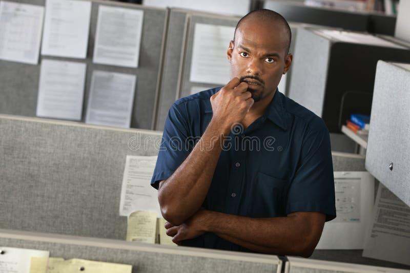 Ernster Büroangestellter stockfotos
