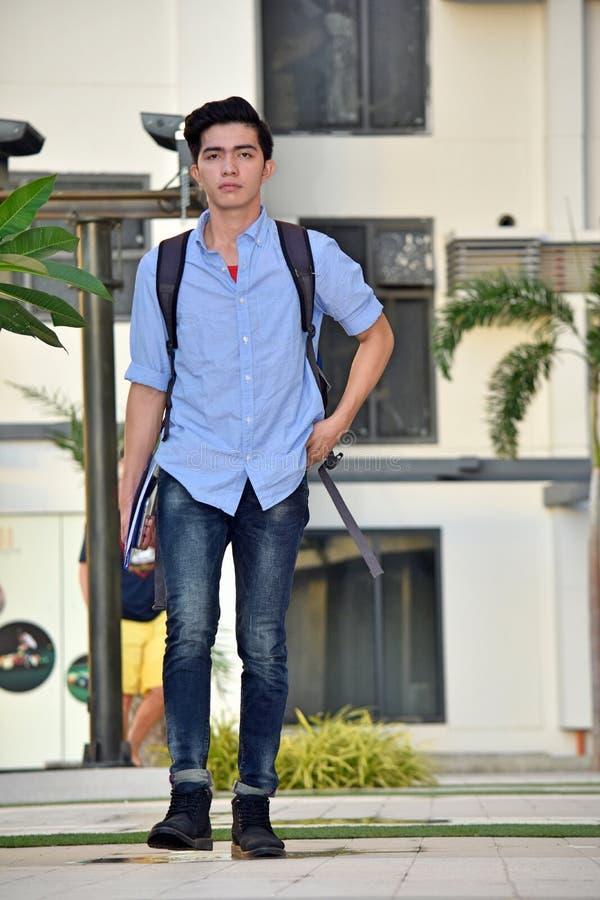 Ernster College-Minderheits-Jungen-Student Walking On Campus stockfotos