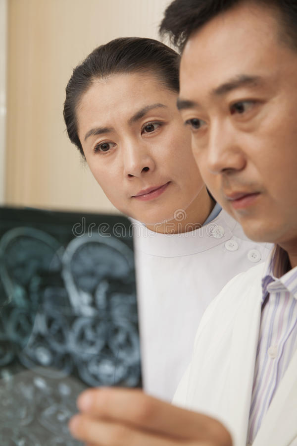 Ernster Doktor und Krankenschwester Examine ein Röntgenstrahl stockfoto