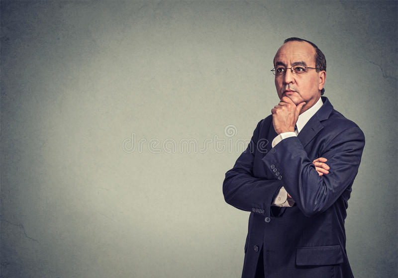 Ernster durchdachter Geschäftsmann stockfotografie