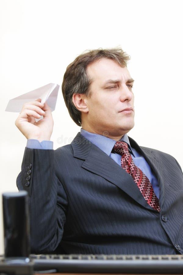 Ernster Geschäftsmann, der Flugzeug zielt stockfotos
