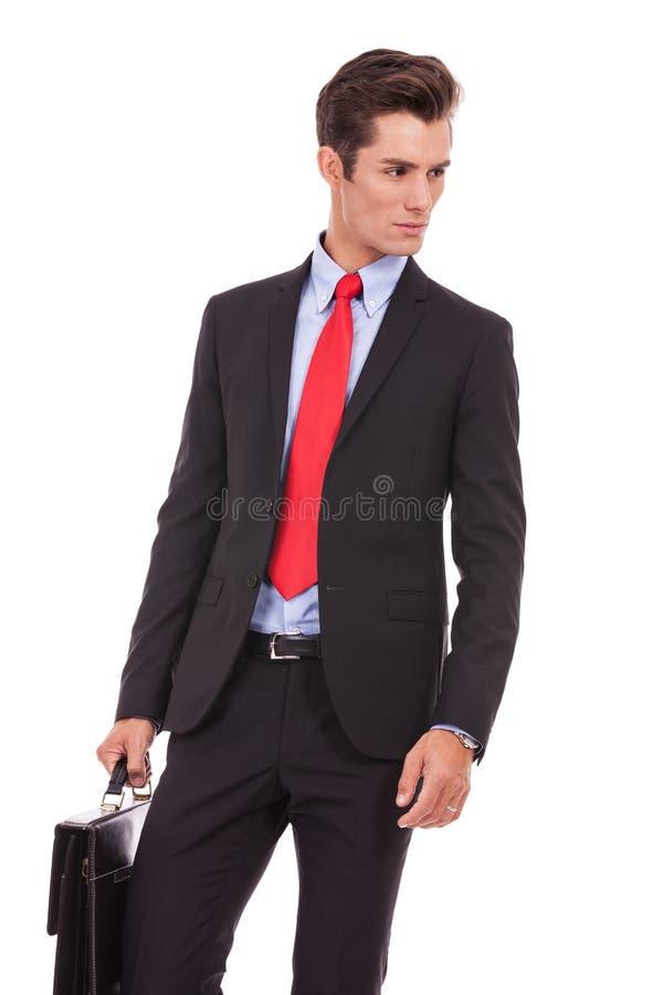 Ernster Geschäftsmann, der zu seiner Seite schaut stockbilder