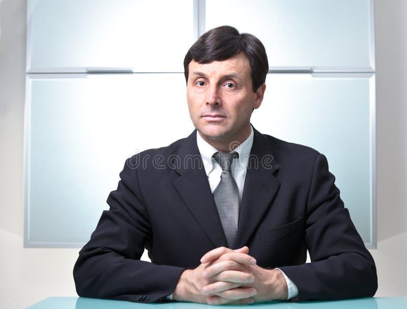 Ernster Geschäftsmann in seinem Büro stockfotos