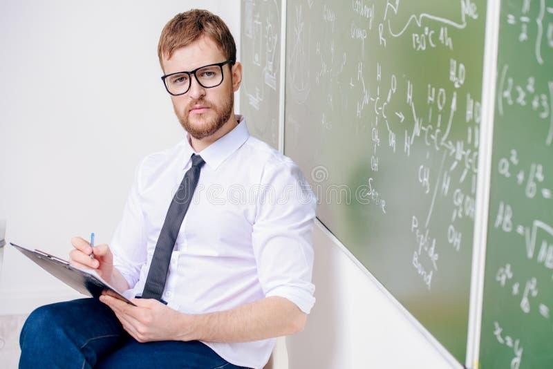 Ernster intelligenter Lehrer stockbilder