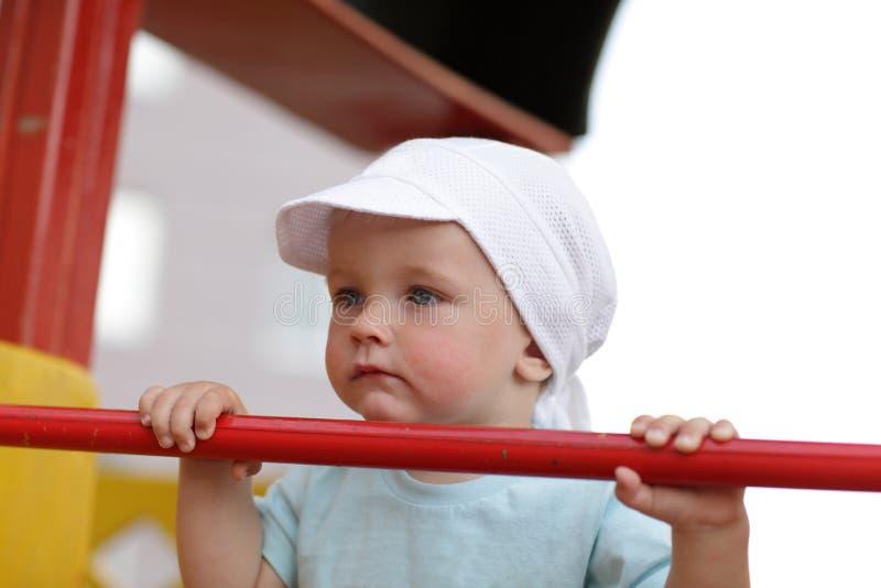 Ernster Junge auf Spielplatz lizenzfreies stockbild