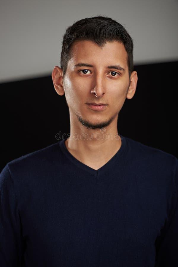 Ernster junger arabischer Mann lizenzfreie stockfotos