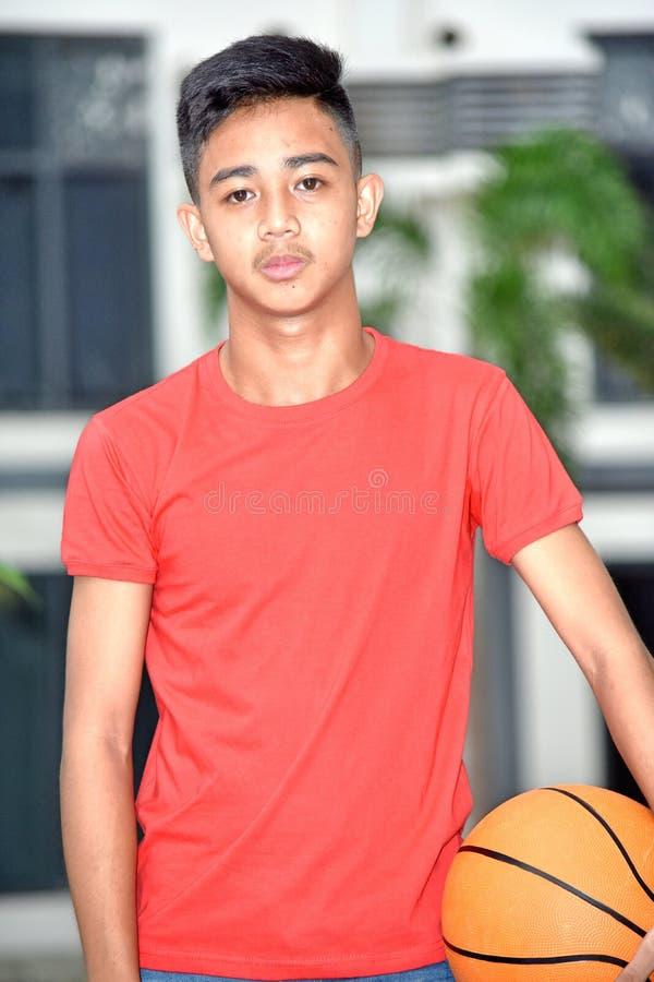 Ernster junger asiatischer Basketball-Spieler stockfotografie