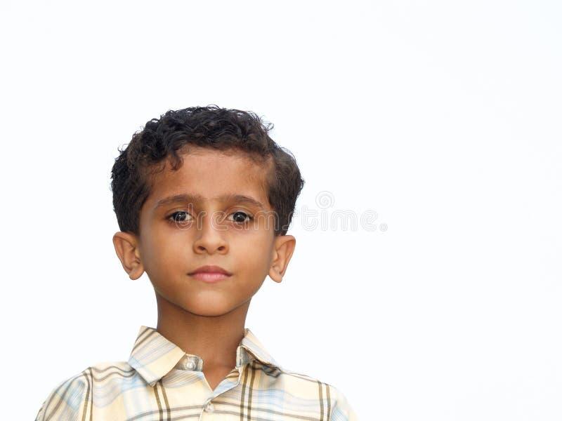 Ernster junger asiatischer Junge stockfoto